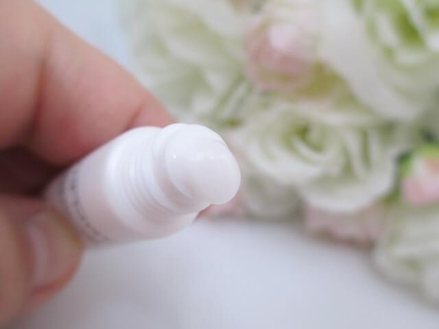 ラグジュアリーホワイト薬用美白美容液を容器から出すところ