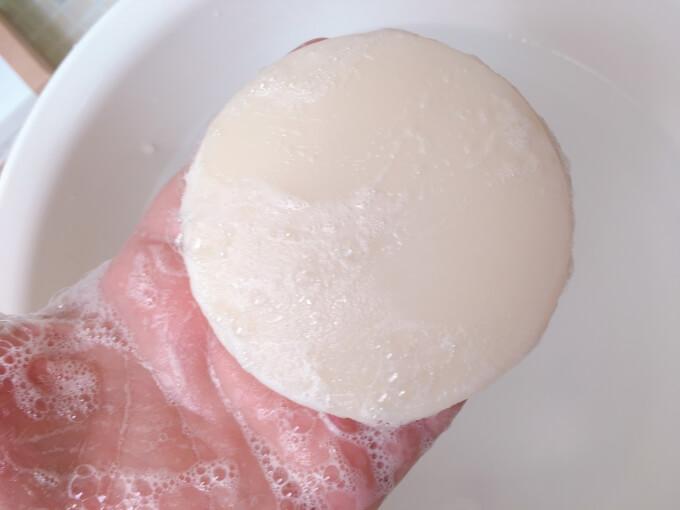 肌をメイクする石鹸を手で泡立ててみた