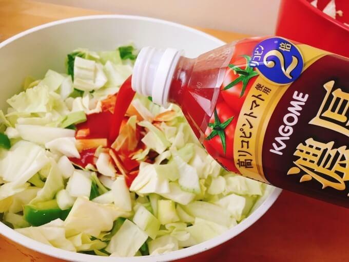 脂肪燃焼スープの材料にのトマトジュースを入れる