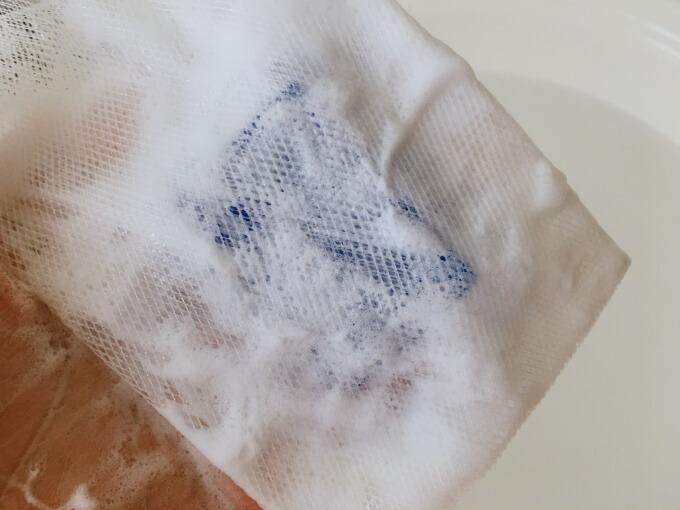 スキンピールバー青を泡立てネットで泡立てているところ