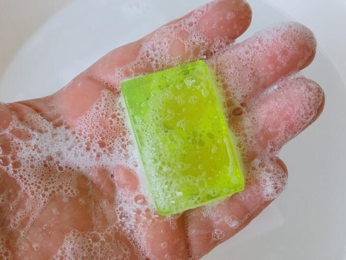 サンソリットスキンピールバー黄緑を手で泡立てているところ