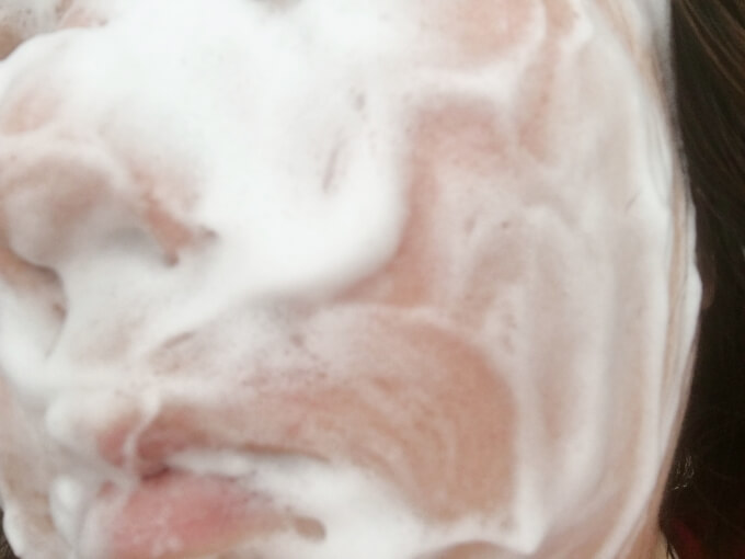 エトヴォス洗顔石鹸クリアソープバーで洗顔しているところ