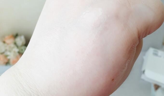 エトヴォスの美白美容液「薬用ホワイトニングクリアセラム」の肌へのなじみやすさ