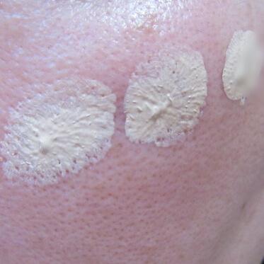 マキアレイベル薬用クリアエステヴェールファンデーションを毛穴に塗ってみたところ