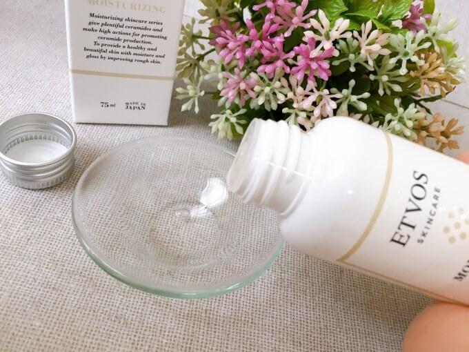エトヴォス保湿化粧水を容器から出しているところ