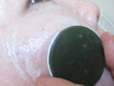 あきゅらいずの洗顔石鹸泡石(ほうせき)を肌に転がしているところ