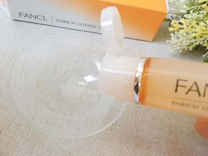 ファンケルエンリッチ化粧液(水)Ⅱしっとりタイプを容器から出しているところ