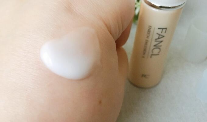 ファンケルエンリッチ乳液Ⅱしっとりタイプを肌にのせたところ