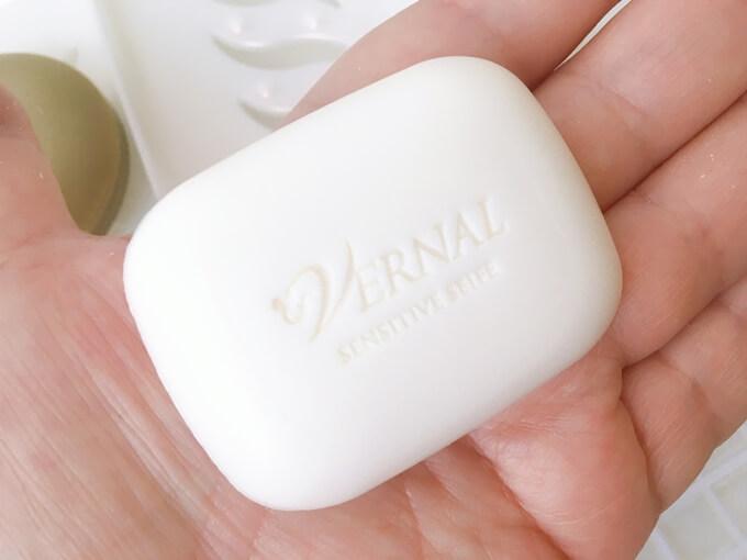 たるみ毛穴洗顔石鹸ヴァーナルセンシティブザイフ白い石鹸